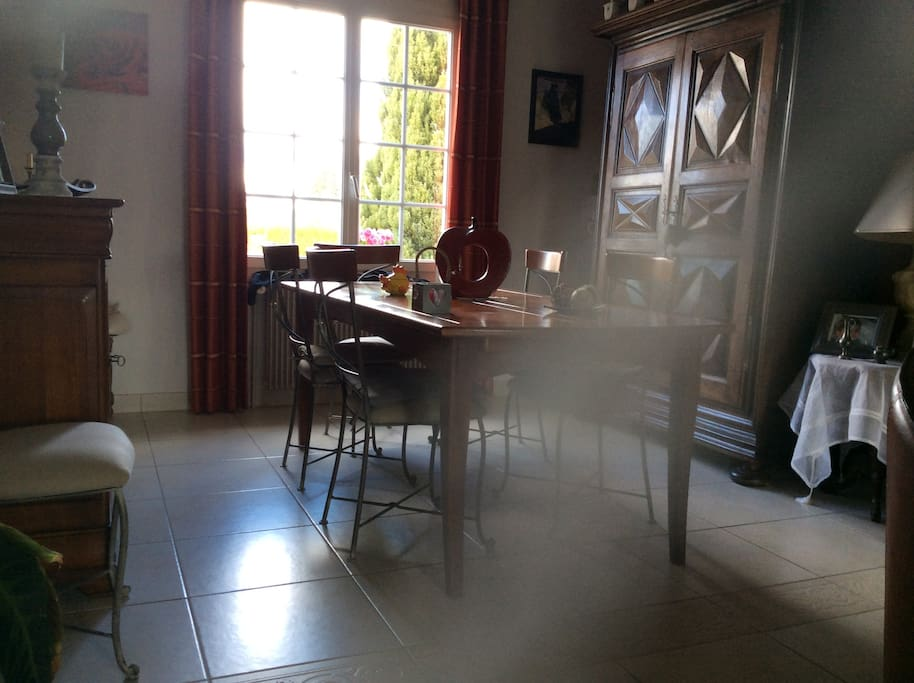 Maison dans petit village au calme houses for rent in for Salle a manger translation