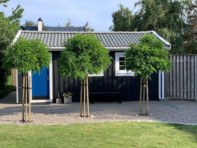 Nyrenoverad stuga vid vattnet för två i Skåne