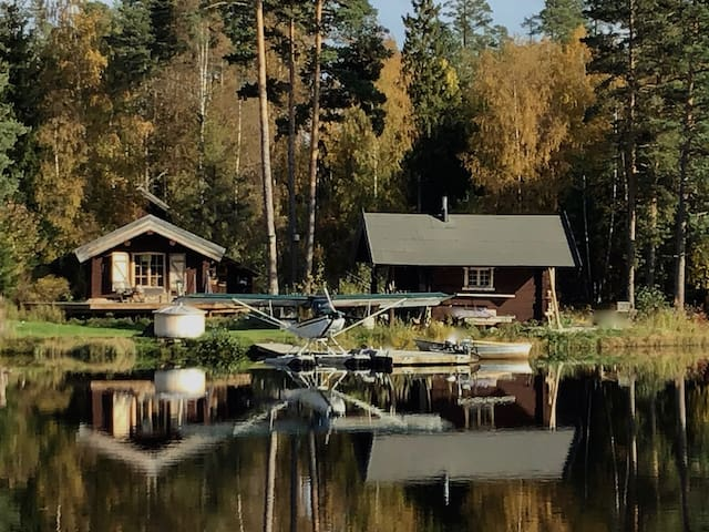 Naturnära sjöstuga med sauna, badtunna, båtar m.m.