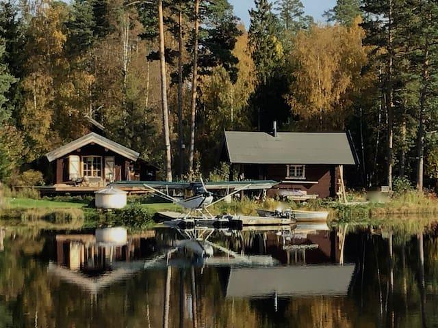 Sjöstuga  med sauna, badtunna, båtar m.m.