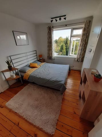 Bright and quiet double bedroom with a garden view