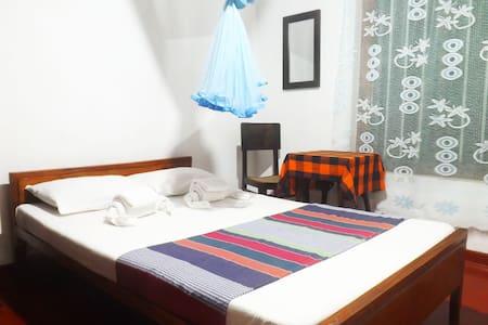 "Room for two @ antique villa ""Sisira"" with garden - Hikkaduwa - Villa"