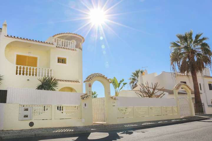 3 bedroom house with pool, 5mnt from beach - Guia - House