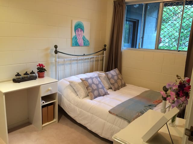 Cozy and Comfortable Double-sized Bedroom - Auckland - Apartament