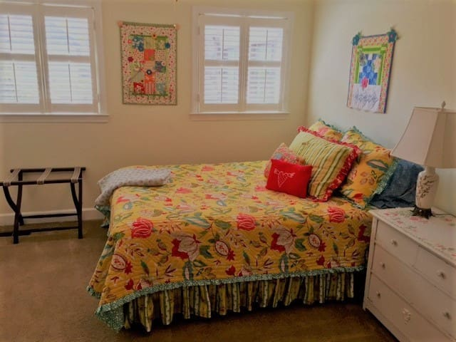 Charming Queen Room Minutes From Downtown