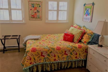 Charming Queen Room Minutes From Downtown - Hartsville - Haus