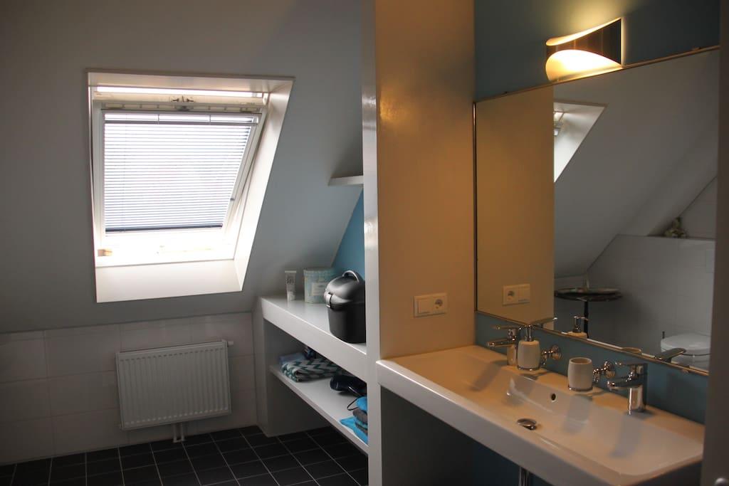 Ruime badkamer met tweepersoons wastafel