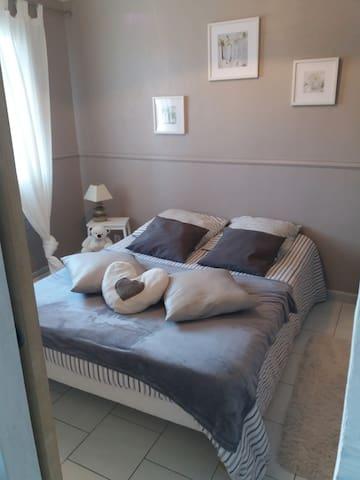 1ère Chambre lit double vue sur la colline