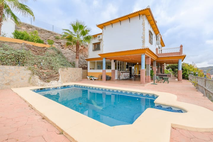 Tranquila casa Cortijo la Encina con piscina, aire acondicionado, Wi-Fi y terrazas; aparcamiento disponible, se admiten mascotas