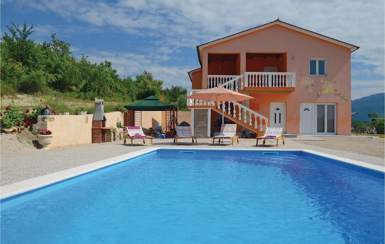 Holiday cottage with 3 bedrooms on 184 m² in Podpican