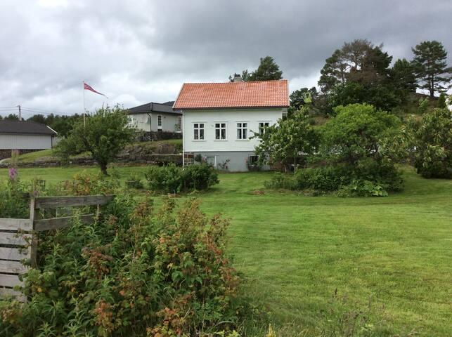 Koselig sveitserhus ved Nidelva - Arendal - Rumah