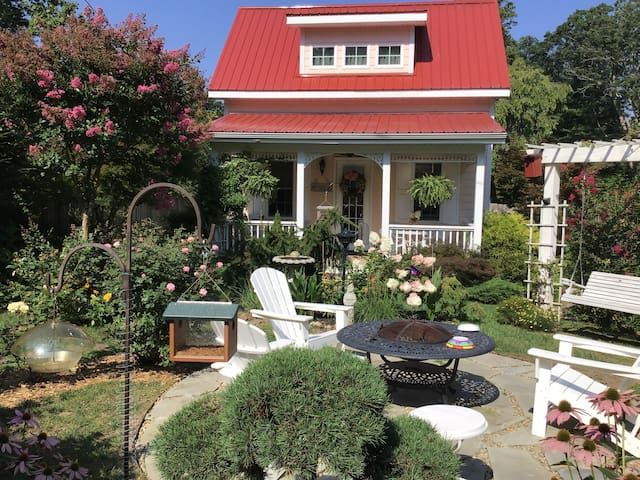 Charming cottage, walkable to town.