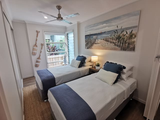 Bedroom with 2 x single beds