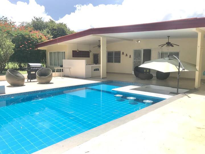 Casa con piscina a minutos de la playa