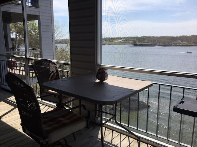 Luxurious Lakeside Condo MM19 Across from Dog Days