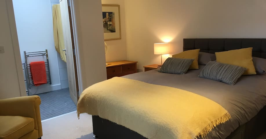 Double country room modern ensuite quiet & private
