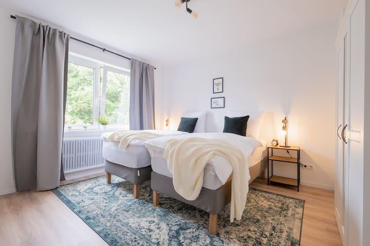die beiden sehr bequemen 90 x 200cm Betten kannst du auch zusammen schieben und hast ein zweites King Size :-)