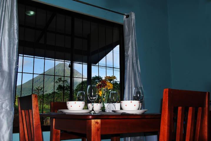 Casita Blue con vista al Volcán Arenal