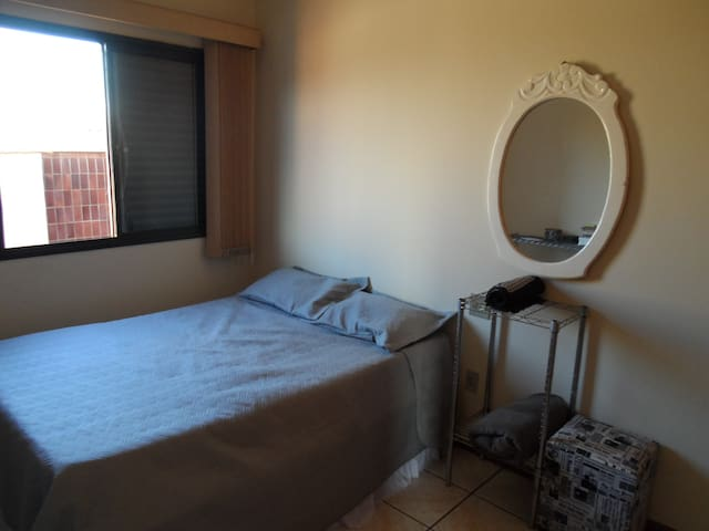 Quarto em apto bem confortável - Ribeirão Preto - Appartement