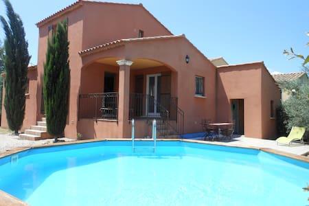 Maison calme à la campagne piscine - Vallabrègues - 独立屋