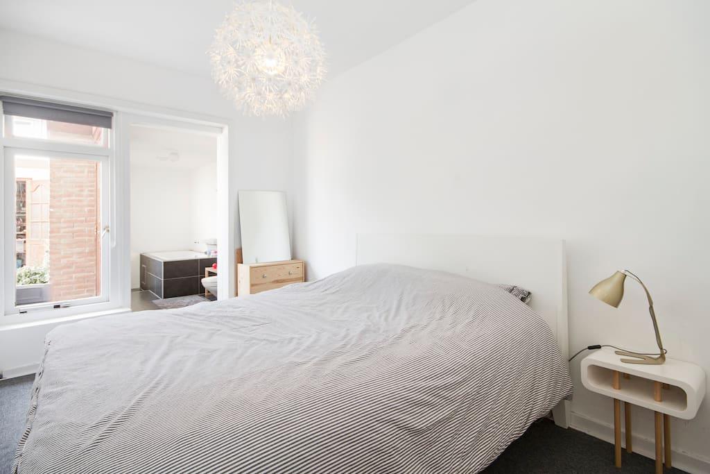 Super comfortabel bed met aangrenzende badkamer. zonder deur ertussen.