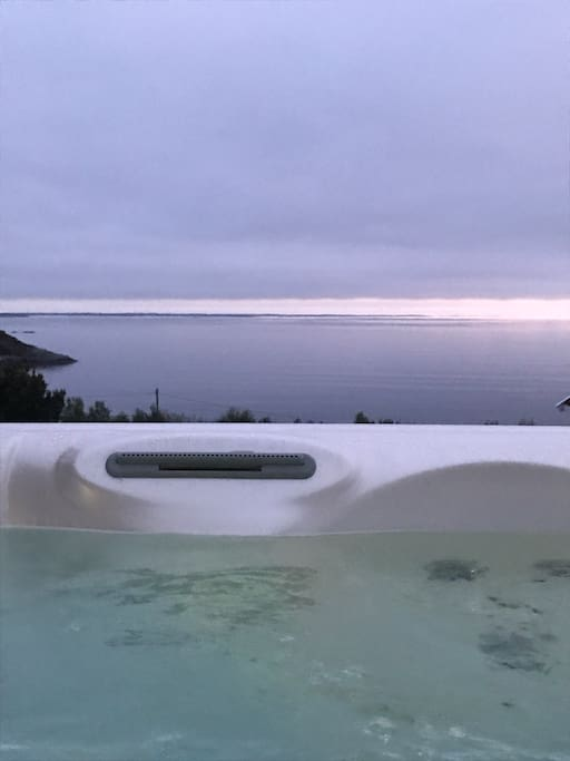 Jacuzzi med panoramautsikt utover skipsleia og solnedgang