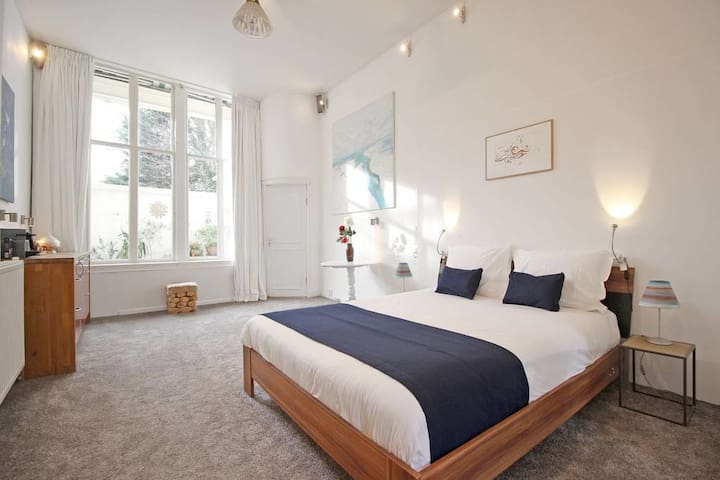 Exclusive canal apartment at a romantic Brouwersgracht