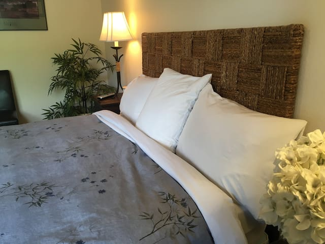 Queen bedroom w/down comforter, crisp white sheets.