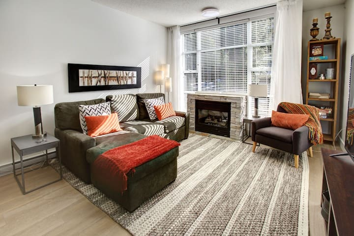 Cozy 1BR in Upper Village: Pool, Hot Tubs & More!