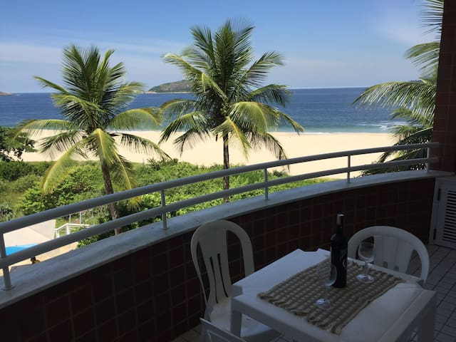 Apt frente Praia de Camboinhas com excelente lazer