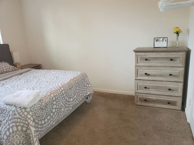 Town center bright,cozy room with private bathroom