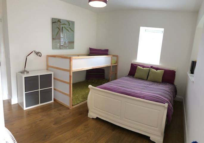 Confortable Bedroom up to 6px near Trim Castle