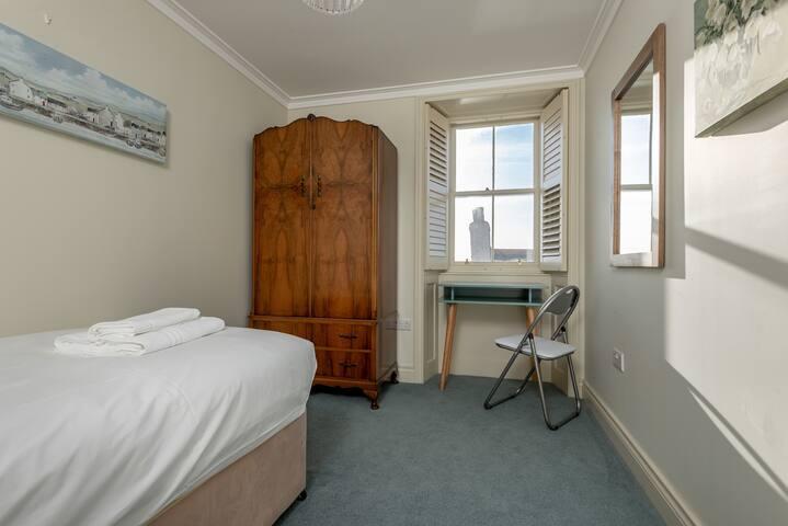 Bedroom 5 - single