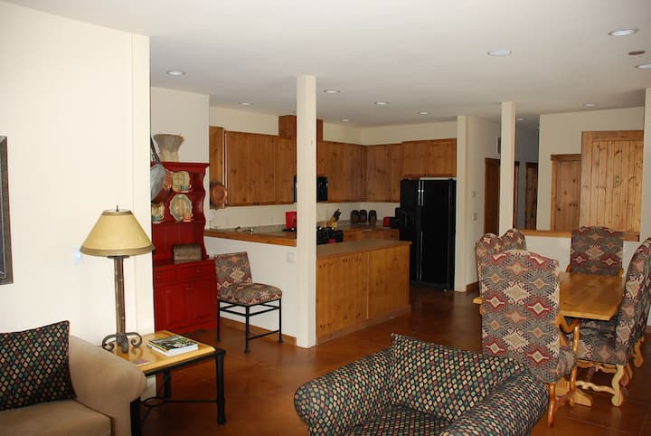 Designer-appointed 3BR near Warm Springs Lift