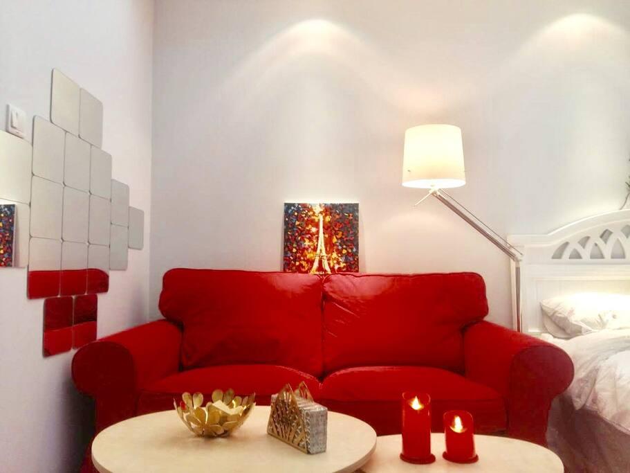 纯正的中国红沙发、柔软舒适,