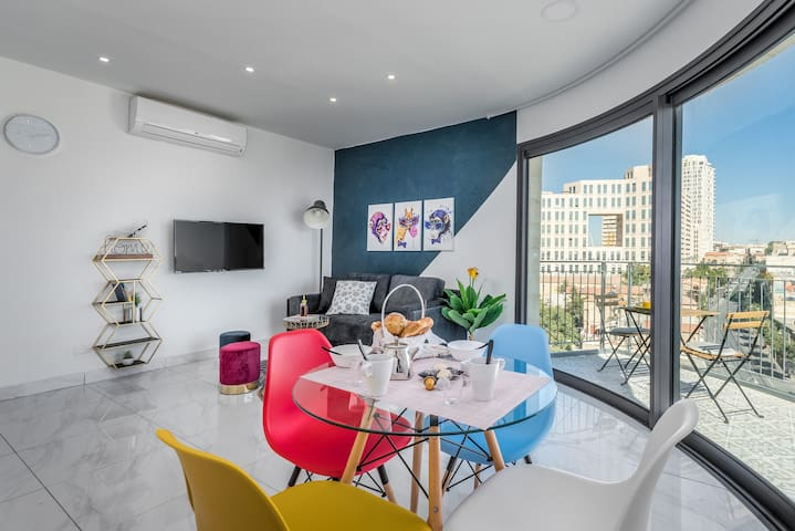 Amazing 2 BDR with Balcony & view in City Center