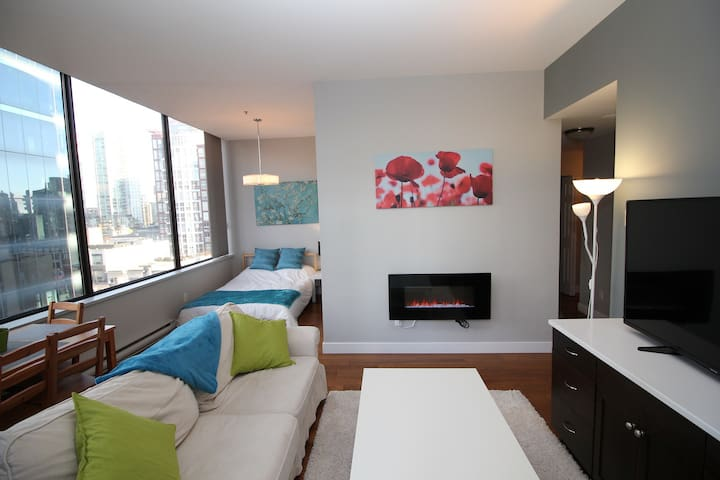 Downtown Core City Views - sleeps 5, w/ parking!!