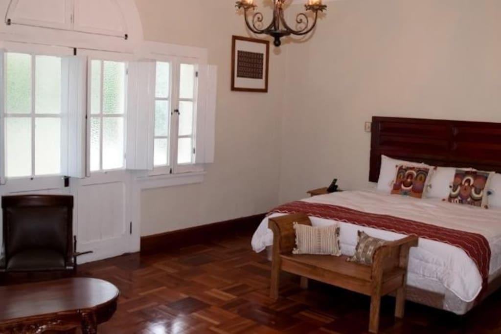 Habitaciones amplias y cómodas con todos los servicios de un hotel.