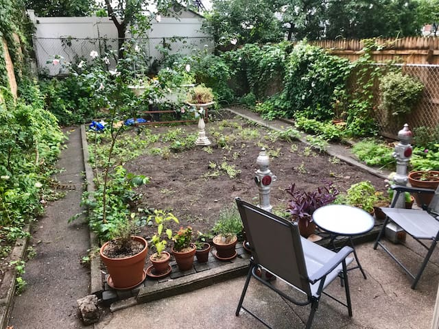 Cozy Ground Floor Garden Apt. Across from Park