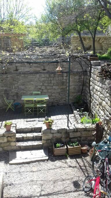 Accès  cour depuis terrasse cuisine