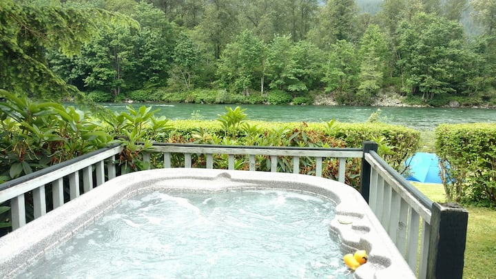 WATERFRONT RETREAT ON SKYKOMISH RIVER CABLE HOLE