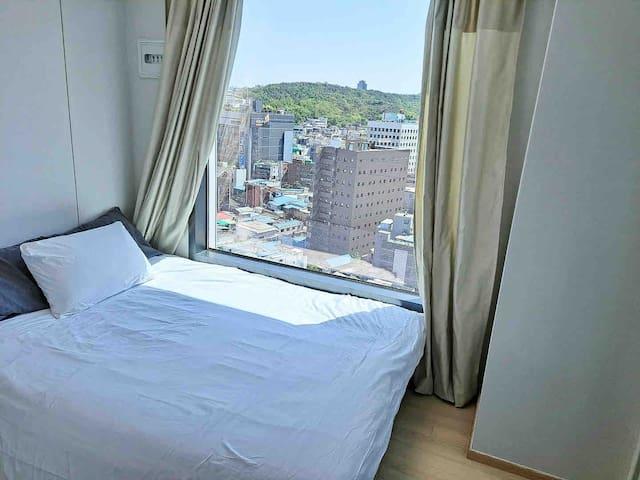 새로 설치된 퀸사이즈 침대 입니다. Newly installed Queen size Bed