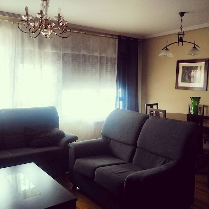 Amplio y luminoso salón con mesa de comedor extensible hasta para 12 personas.