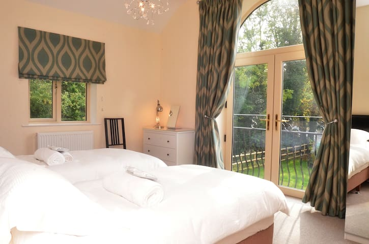 Sat Cotswolds Valleys Accommodation - Stony House - Exclusive use spacious four bedroom holiday home