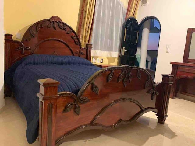 Habitación Rey Amadeo  Cama Queen más 2 literas