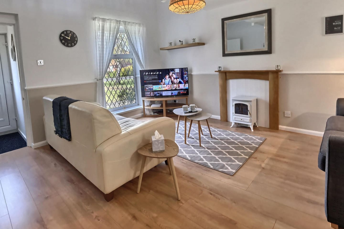 Living room. Front of house looks out across a lovely green with views of BEVERLEY MINSTER. Free WiFi and Free NETFLIX