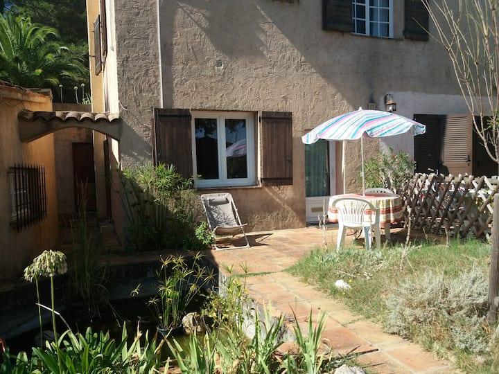 Le studio et sa terrasse au calme proche de Sophia