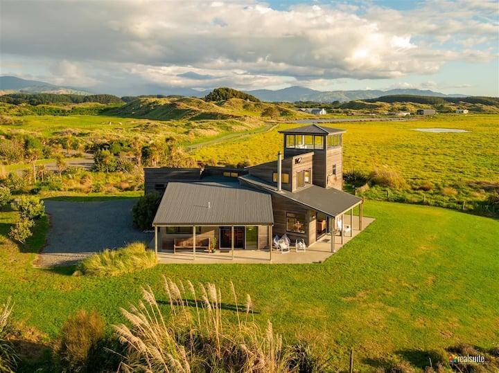 Private Waikawa Beach Home with stunning views