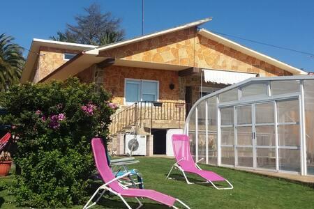 Casa O Arrequento con piscina cubierta en Oleiros