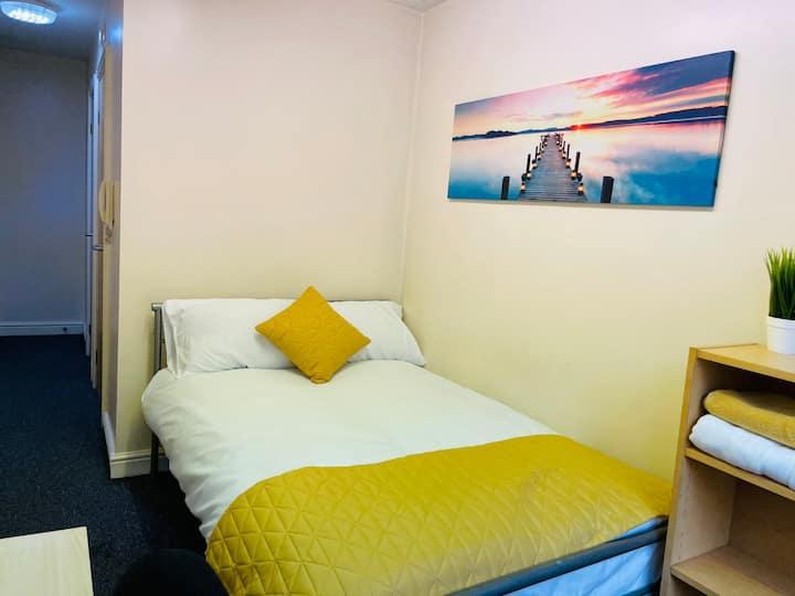 Lovely Good Size Single En-suite Bed Room D7